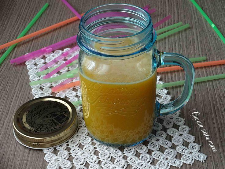 Il succo di frutta mista preparato con l'estrattore è facile da fare ed è sano, nutriente, dissetante, l'ideale per fare il pieno di vitamine e minerali.