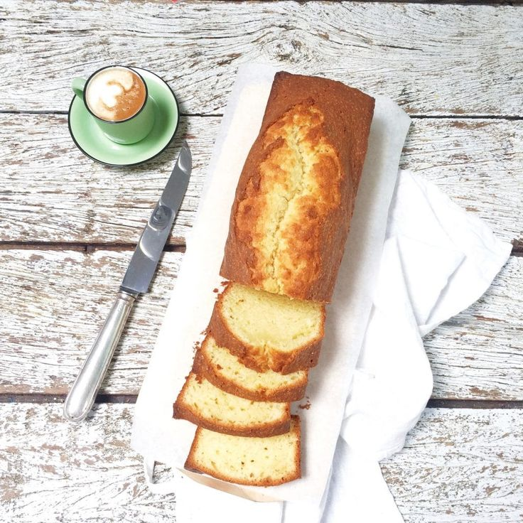 Dit heerlijke boerencake recept is een eenvoudig basisrecept. Met een beetje citroen voor frisse smaak. Ingrediënten: bloem, boter, yoghurt, eieren, vanille