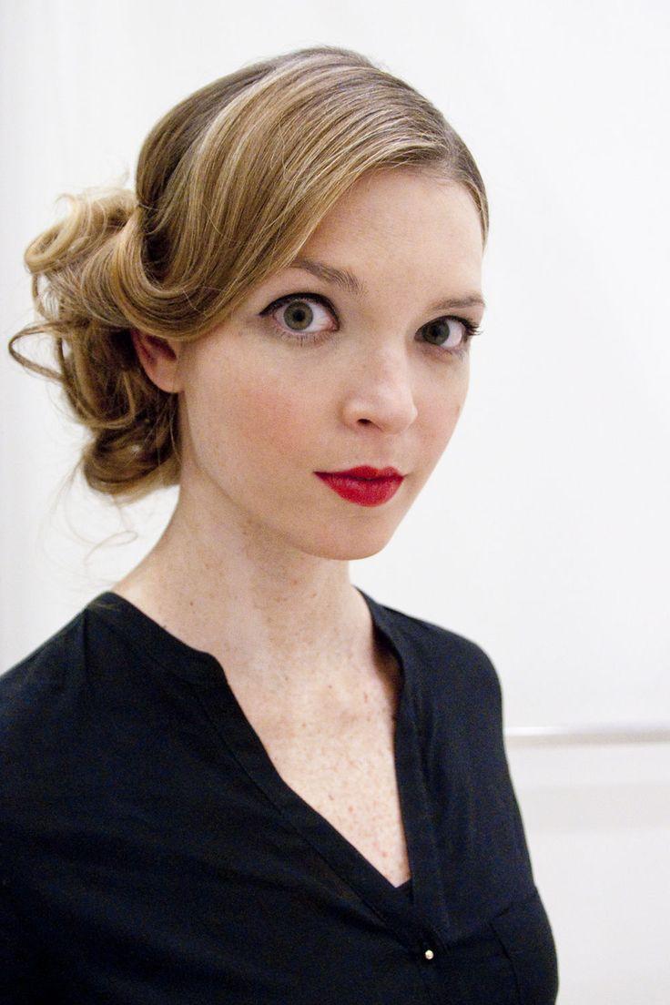 Make-up-Artist von Beyu, Selina Keutzer, zauberte ein Abend-Make-up aus schwarzem Eyeliner und roten Lippen. Wie das Glamour-Make-up gelingt, zeigen wir hier