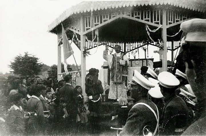 Galería Histórica de Carahue. Ceremonia Religiosa en el antiguo Kiosco de madera de la Plaza Chile. Década del '40. -------------#ghc #memoria #carahue #patrimoniofotográfico