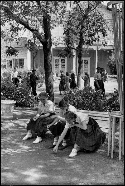 Henri Cartier-Bresson - Moscow. Gorky Park of Culture and Rest. 1954. Students.