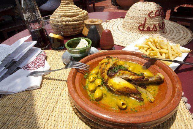 モロッコはアフリカ北部にあるということで地中海料理の影響も受けつつ、ベルベル料理など伝統的な料理とフュージョンしているのが特徴です。クミンやサフランなど日本でも販売されているスパイスが使われているので、どちらかといえば食べやすい味付け。 小麦をそぼろ状にして味付けたクスクスなどを中心として、モロッコ料理を提供しているマラケシュのレストランを厳選して紹介します。 シェ アリ  画像出典:http://www.djemaaelfnahotelcecil.org/ 旅行先では現地の食べ物だけではなく文化も一緒に楽しみたいと思う方も多いはず。シェ アリはそんな期待に応えてくれるエンターテインメント型のレストランです。 まず、入り口からして別世界のような雰囲気。モロッコ料理をひととおり味わえます。メインのショーは22時くらいから始まるので、最初から送迎コースを予約するのがベスト。伝統音楽や曲芸馬術など、見ごたえのあるショーが目白押しです。 施設名:シェ アリ 英名:Chez Ali 住所:Marrakech, Morocco アクセス:マラケシュ郊外、フナ広場...