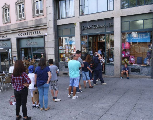 Something about bookstores in Porto Portugal that makes people queue up