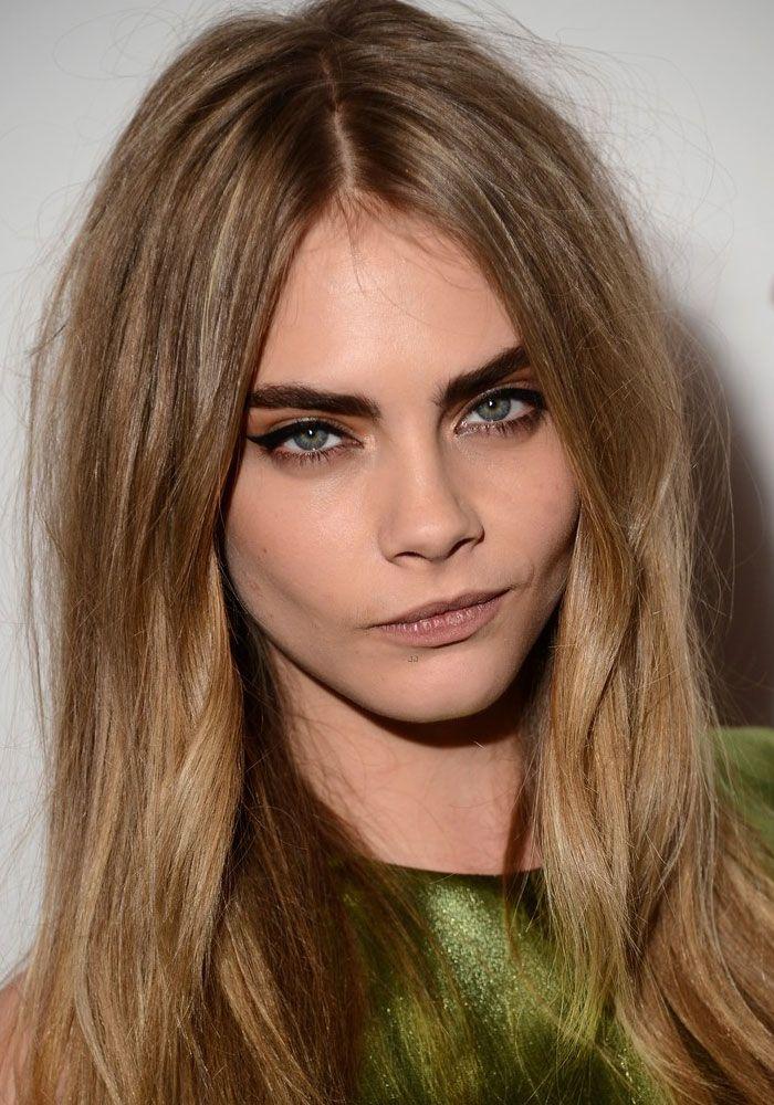 """Cara, normalmente, usa o cabelo solto, com toque """"descabelado"""", como quem acaba de acordar. A maquiagem ela usa olhos esfumados ou delineados e a sobrancelha grossa bem marcada. Nos lábios, ela prefere batons claros ou em tons de boca."""