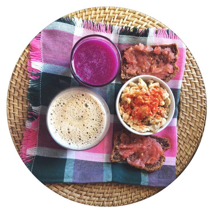 Hoy me queda un largo y ajetreado día por delante!... Batido de fresas, col lombarda y vainilla / café con leche de avena y huevos revueltos con #tapdecortí y tostadas paleo con tomate   strawberries, cabbage and vanilla #smoothie / oat latte / scrambled eggs and paleo toasts with tomato #losdesayunosdeaurora