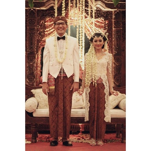I instantly fell for this traditional Solo Putri costume the moment I saw it! ♥ The bride is wearing white lace kebaya kutubaru & the groom is wearing a colonially-influenced beskap Langenharjan on off-white. Simple and classy.