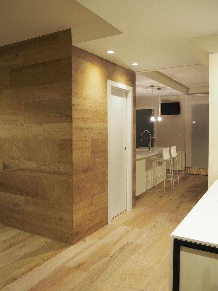 Acceso a cocina. Pavimento y revestimiento en porcelánico imitación madera. Proyecto de diseño de interiores diseñado y ejecutado por AZ diseño.