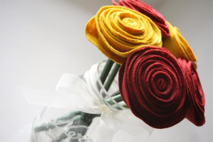 Les fleurs en feutrine sont une décoration originale que vous pouvez faire avec vos propres mains et qui va orner vos intérieurs avec textures et couleurs.