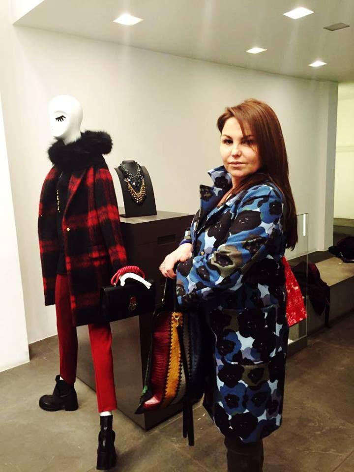 Η πελάτισσά μας Πανταζή Μαρη, στο GEELIST της Γλυφάδας, φοράει παλτό της L'Autre Chose και τσάντα JAMIN PUECH PARIS.