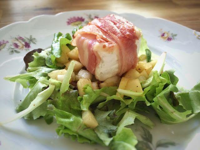 Blattsalat mit Ziegenkäse im Speckmantel und gezwiebelter Honigbirne
