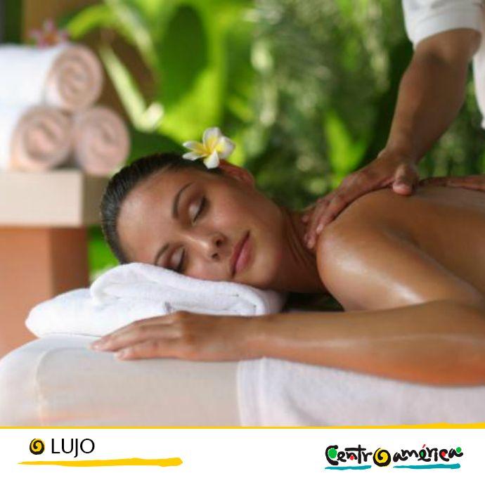 Existen pocas cosas más placenteras que poder relajarte con un buen masaje en un entorno natural tan lleno de vida y tranquilidad… Date el lujo de poder experimentar esto en Centroamérica