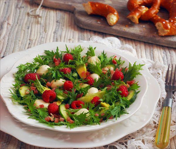 Салат с сыром Моццареллa и ветчиной под малиновым винегретом