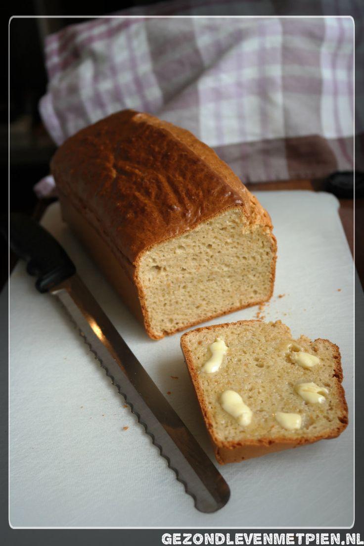Recept voor luchtig koolhydraatarm brood gemaakt met ondermeer amandelpasta en pindakaas.  Heerlijke warme verwennerij voor de zondagochtend :)