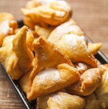 """Παραδοσιακή Ποντιακή συνταγή εξαιρετικής απλότητας με μια ζύμη αφράτη που θυμίζει λουκουμάδες, τηγανίτες και ντόνατς μαζί. Αν σας δυσκολεύει το σχέδιο """"αυτιού"""" κόψτε τα απλά σε τετράγωνα κομμάτια και τηγανίστε τα"""