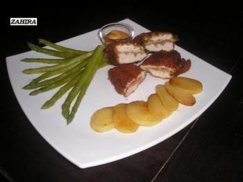 Cordon bleu. Een cordon bleu of schnitzel cordon bleu is een gepaneerd of ongepaneerd stuk kippenvlees of rundvlees, gelijk aan een schnitzel, maar gevuld met ham en kaas. Als kaas wordt Emmentaler, Gruyère of Raclette gebruikt.