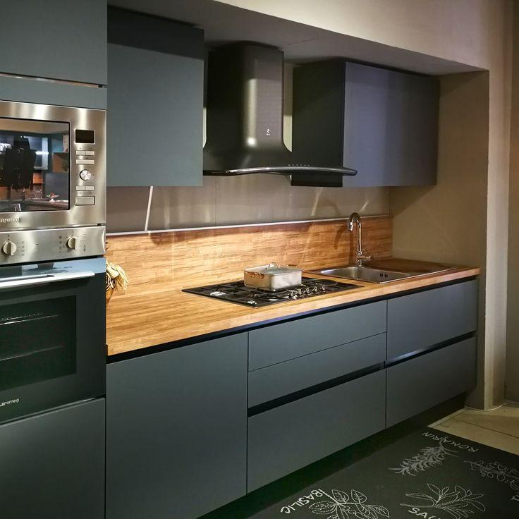 Cucina con Isola in Fenix grigio bromo. Scopri l'offerta