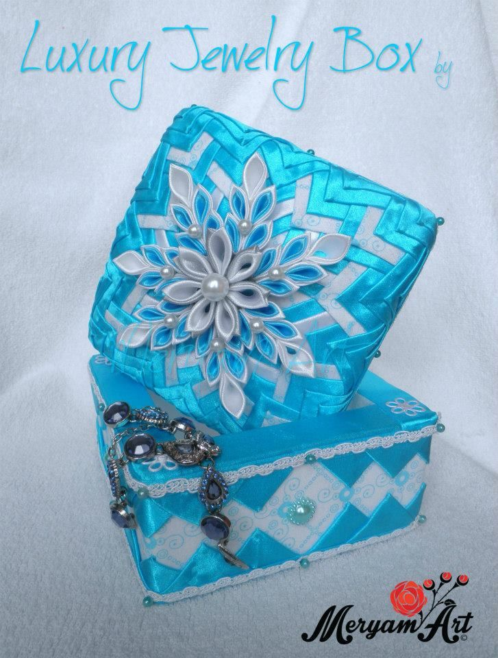 Que lindo cofre adornado con flores Kanzashi