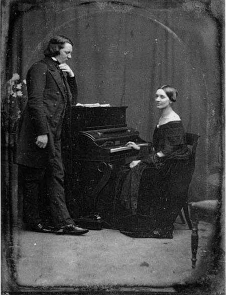 """Robert and Clara Schumann. """" Pour leur interprétation, [ des scènes d'enfants"""" ], Schumann a écrit à sa femme Clara : """"Tu prendras sans doute plaisir à jouer ces petites pièces, mais il te faudra oublier que tu es une virtuose. Il faudra te garder des effets, mais te laisser aller à leur grâce toute simple, naturelle et sans apprêt"""". (Catherine Grenier)"""