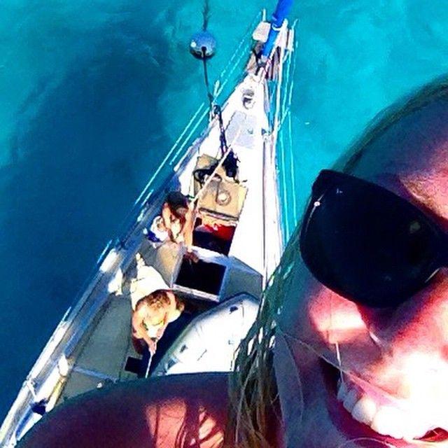 En tur opp i masten for å speide etter karibiske pirater, og nyte utsikten #tobagocays #karibien #sailing #caribbean #climbing #mast #selfie #boat #KILROY