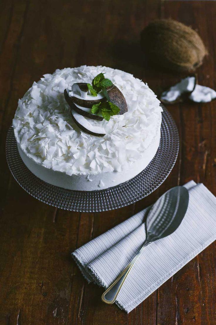 Cheesecake al cocco: La #cheesecake al #cocco è un dessert spettacolare, con una base di biscotti al cacao e una mousse al cocco, molto saporita. Una bontà da non perdere!
