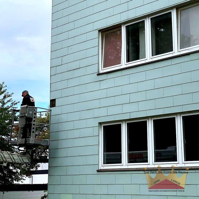 Hier Sehen Sie Unsere Dachdecker Bei Den Austausch Von Defekten Fassadenplatten In Spenge Dachdecker Roo Dachreparatur Dachdecker Fassadenplatten