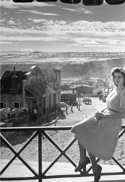 Jane Russell on the set of The Outlaw (Howard Hughes, 1943)