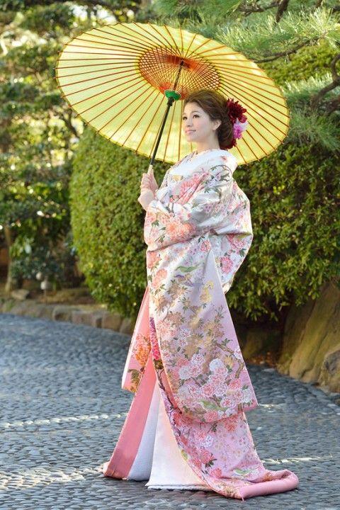 『人生の春に華やぎを添える桜色の和装』