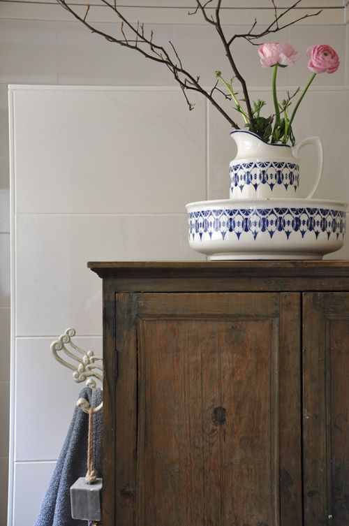 135 best images about binnenkijken bij brocante interieurs on pinterest toilets exterior - Badkamer retro chic ...