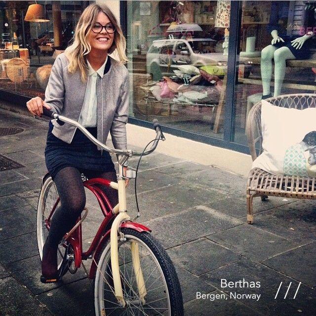Nice outfit @ Berthas. #aiayu #cashlama #skirt and #baumundpferdgarten #glitterjacket #femalemodel #bicycle #womensfashion #berthas_ #womenswear #pamapp #bergen #norway