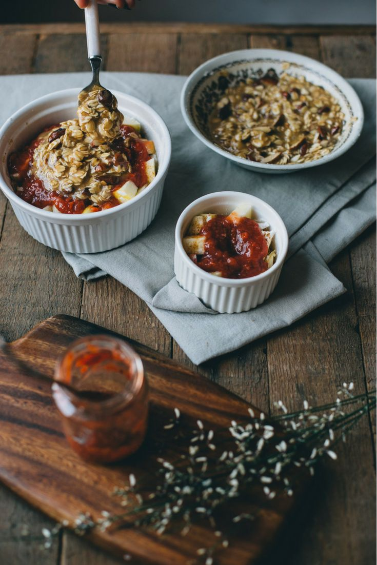 Ontbijt recept: warm taartje met fruit. Vegan apple crumble met  suikervrije fruitspread van Yespers en havervlokken, amandelen, kaneel. Met een sausje van amandelmelk, vanille en agavesiroop om het nog lekkerder te maken. #vegan #veganfood #applecrumble #ontbijt #recept