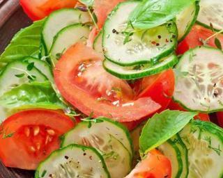 Salade fine ultralight de concombre et tomate drainants à la menthe : http://www.fourchette-et-bikini.fr/recettes/recettes-minceur/salade-fine-ultralight-de-concombre-et-tomate-drainants-la-menthe.html