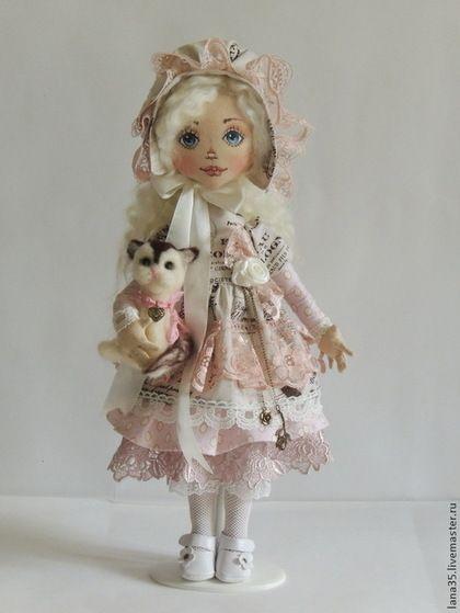 Купить или заказать Лизонька в интернет-магазине на Ярмарке Мастеров. Милая и очаровательная малышка, украсит интерьер любой комнаты, станет прекрасным подарком девочке, девушке и женщине. Куколка сшита в единственном экземпляре, одежда из германского хлопка, туфельки из натуральной кожи, волосы из шерсти. Ручки на проволочном каркасе, легко сгибаются, держат сами предметы. Под юбочкой надеты батистовые панталончики, украшенные кружевом.