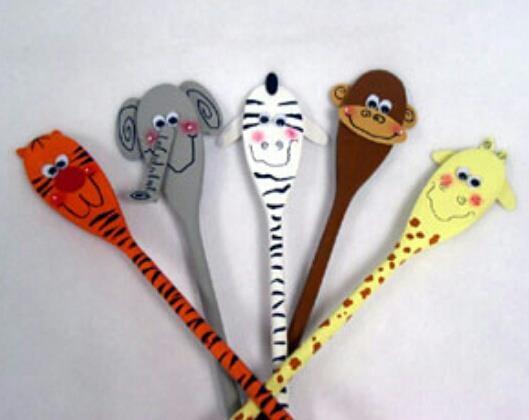 animales con cucharas de madera
