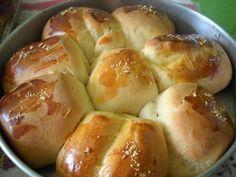 Massa do pão: - 1 copo de requeijão - 1 copo de leite morno (use o copo do requeijão como medida) - 3 colheres de sopa de açúcar - 2 colheres de sopa de margarina - 1 colher de chá de sal - 1 ovo - 2 envelopes de fermento biológico - 4 e 1/2 copos de farinha de trigo (use o copo do requeijão como medida) - Demais ingredientes: - 1 gema para pincelar - Queijo ralado para polvilhar