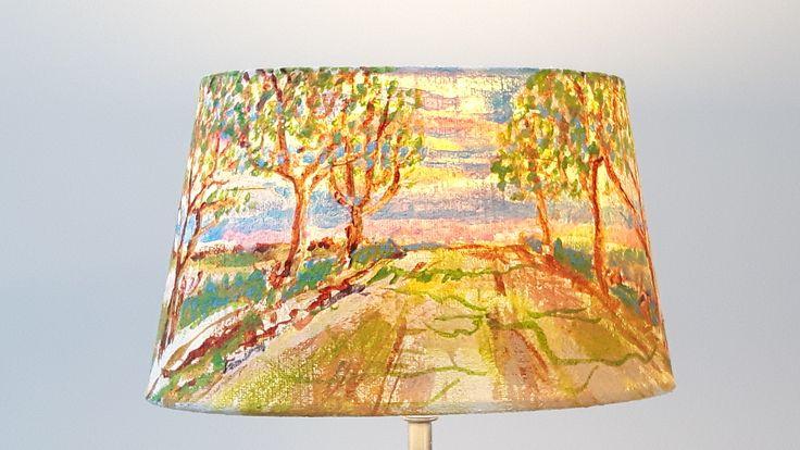 'LAMPSCAPES': panoramische handbeschilderde lampenkappen gemaakt door Jentine de Boer ( zie facebook ) Gele weg, acryl op stof, ovale kap, ø 20cm, h.12cm, Euro 145
