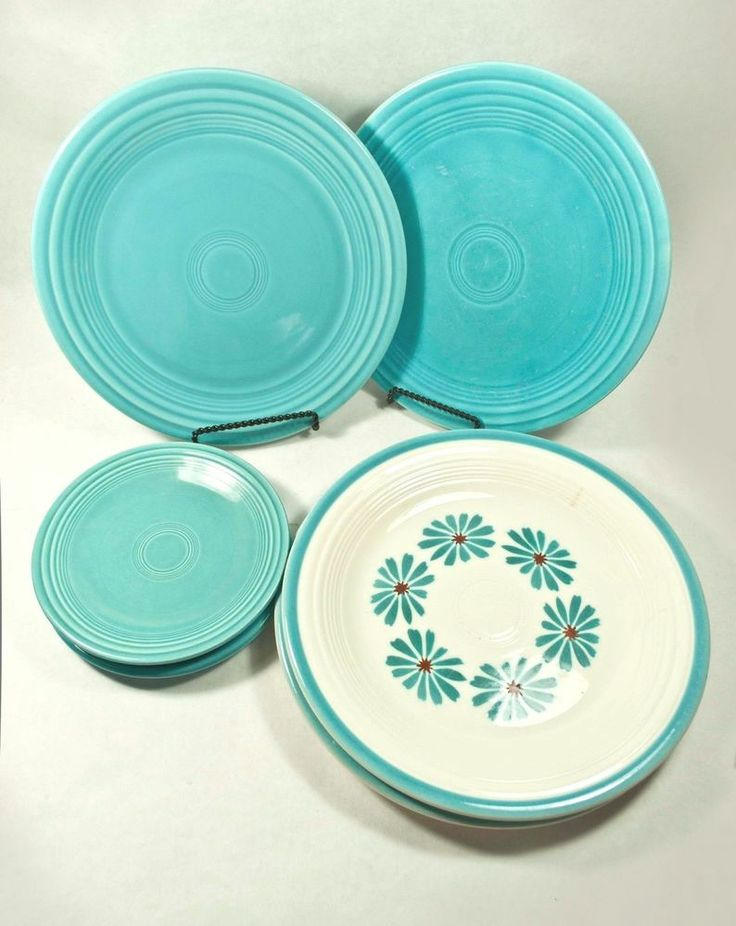 vintage FIESTA HAWAIIAN DAISY dinner & TURQUOISE lunch BREAD 7 pcs ...  I've never seen this Daisy pattern before !