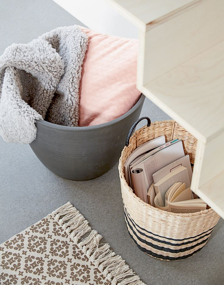 AAMUND kurv, HVEPS blomsterpotte, BAKKEMAURE teppe, detaljer | Casual Contrast | Skandinaviske hjem, nordisk design, Skandinavisk design, nordiske hjem, interiørdesign, innredning, stue, multifunksjonelle rom | JYSK
