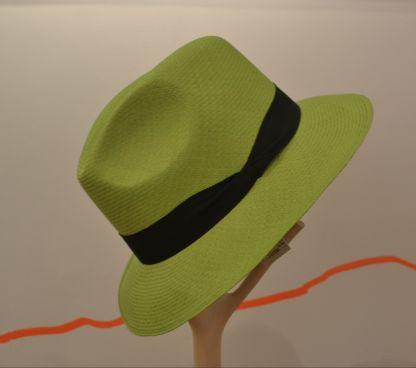 Colorido sombrero superfino tejido en Iraca por manos artesanas de Sandoná, Nariño. Cómpralo en #MambeShop por solo $121.000 pesos.