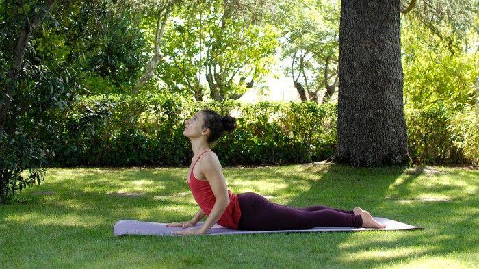 yoga para dar energía. La cobra