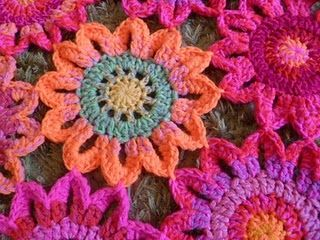 cute flower pattern, seems easy enough!: Crochet Flowers, Colors Patterns, Flowers Patterns, Time Gi Flowers, Blankets Patterns, Flowers Fashion, Flowers Beds, Projects Ideas, Crochet Knits