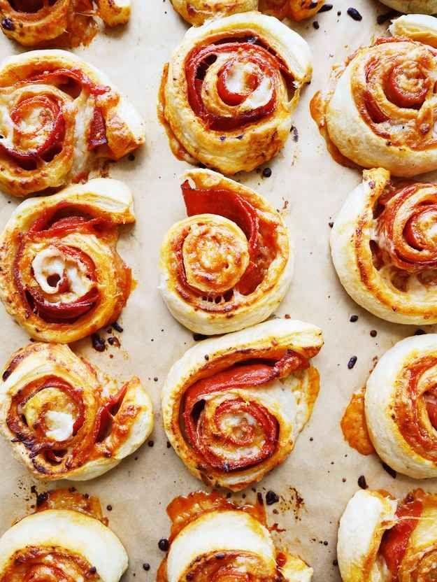 Backe die Schnecken 18-22 Minuten bei 200° C im Ofen. Sie sind fertig, wenn der Käse geschmolzen und der Blätterteig goldbraun und blätterig ist.