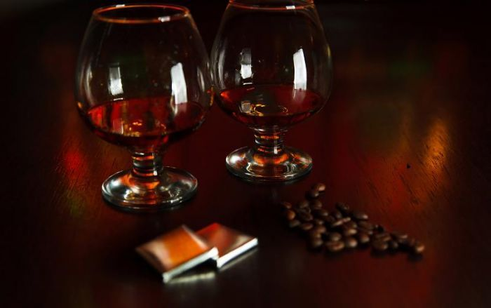 Z czym pijemy brandy?  Kontynuując temat bursztynowego trunku, chciałabym dziś poświęcić notkę parowaniu brandy z jedzeniem i napojami. W przypadku brandy, wybór jedzenia nie powinien być tak trudny, jak w przypadku wina. Nie mamy tutaj zbyt dużego wyboru. Warto jednak wiedzieć, co wypada podać do szklaneczki brandy, a co raczej jest niewskazane.