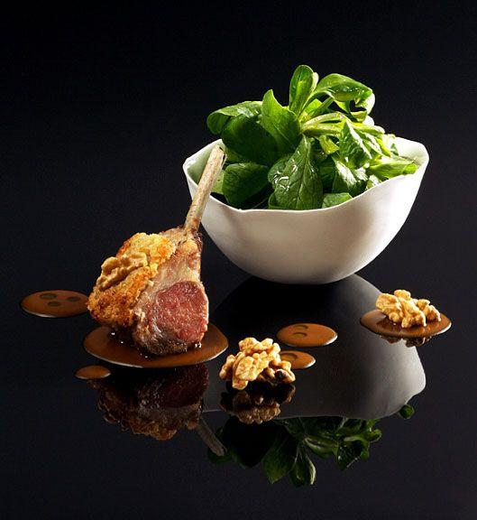 Carré d'agneau en croûte de noix, jus parfumé au romarin, salade de mâche Frères Pourcel