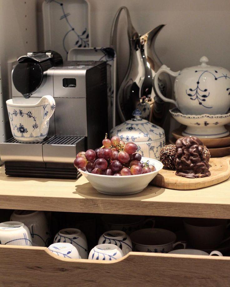 Time for coffee and cake #blueflutedplain #blåmusselmalet #musselmaletriflet #nespresso #georgjensen #blændendeboliger #bobedre #boligmagasinet #interior4all #klintdrupp #igkaffeklub #godaften #lagkagehuset #royalcopenhagen