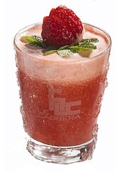 Cocteles sin alcohol ANDREA. Ingredientes: 4 fresas, 2 cl de zumo de limón, 2 cl de azúcar con romero, 5 cl de zumo de mandarina. Elaboración: Mezclar todos los ingredientes en una batidora hasta obtener un líquido uniforme. Filtrar con un colador de malla fina y verter en un vaso con hielo. Decorar con fresas