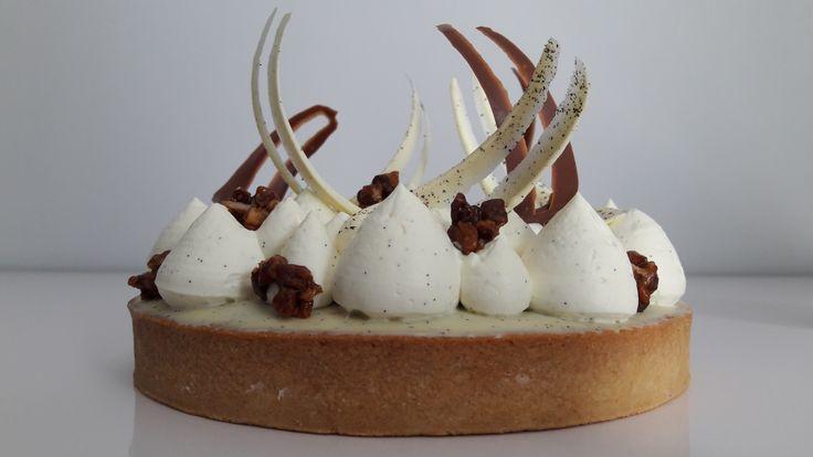 La recette permet de préparer 2 tartes de 16cm de diamètre, ou bien une tarte de 16cm de diamètre et plusieurs petites tartelettes de 8cm de diamètre. Composition : pâte sucrée amande, ganache tend…
