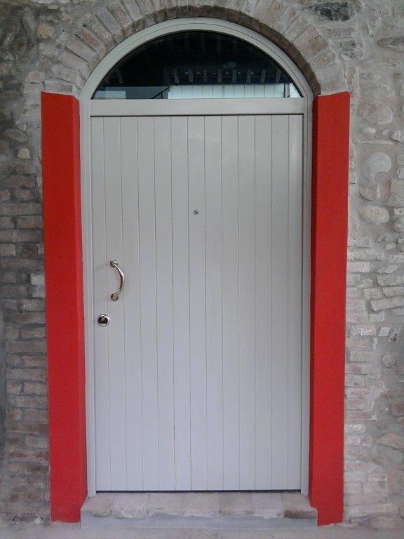 Porta blindata in okoumè da esterno, realizzata su misura e installata a Parma.