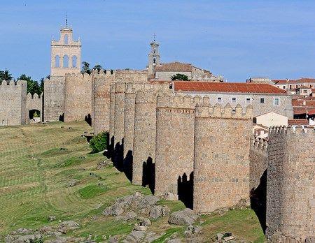 La provincia de Ávila se caracteriza por ser una de las más altas de España y la cuarta ciudad con mayor altura en Europa (se eleva a 1.182 metros). Esta imponente ciudad se ubica en la ribera del rio Adaja, una afluente del Duero, y ocupa un lugar dentro de la lista del Patrimonio de la Humanidad de la Unesco, debido a la belleza de sus paisajes y su imponente muralla de Ávila.  La construcción de la famosa muralla ue iniciada en el año 1090 y finalizada nueve años después. Esta joya…