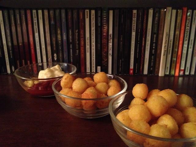 gnocchetti croccanti con salse : ketchup, maionese, senape, fonduta di formaggi, etc...- italian food, love italy