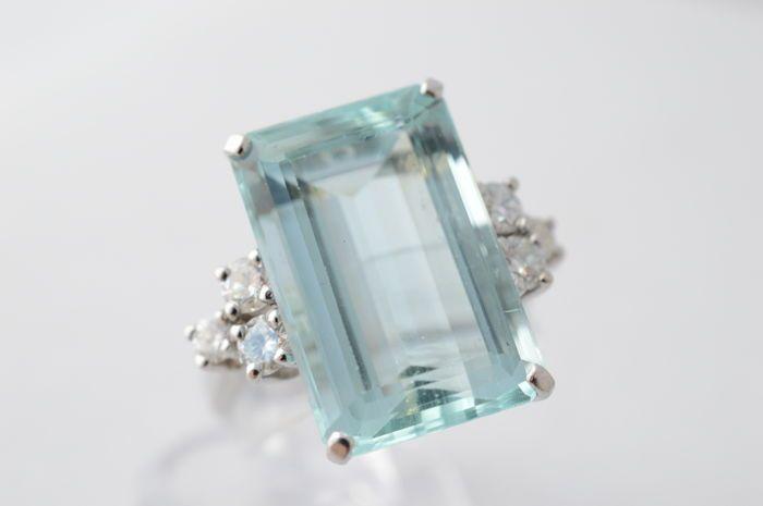 Witgouden ring bezet met grote aquamarijn en diamanten - Ringmaat: 51 (1625 mm)  De moderne massieve ring is van 14 karaat wit goud gemaakt. De ring is bezet met een natuurlijke emerald geslepen aquamarijn. Ook is de ring bezet met briljant geslepen diamanten. Het is een zeer grote aquamarijn met een prachtige kleurDiamanten (6 stuks)Gewicht: Ca. 0.50 carat. Kleur: Top wesseltonZuiverte: VSSlijpvorm: Briljant Slijpkwaliteit: Very goodAquamarijn Gewicht: Ca. 10.00 karaat Afmetingen: 16.5…